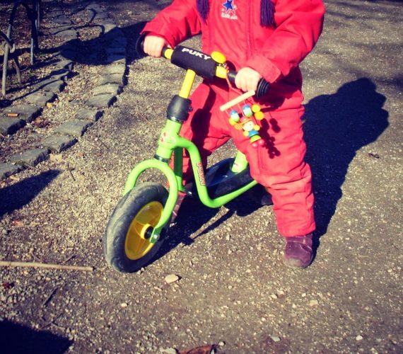 Laufrad fahren mit Kleinkind