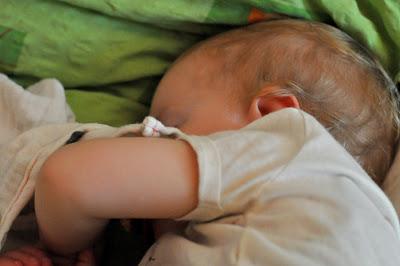 Das Kind macht Mittagsschlaf mit Schmusetuch