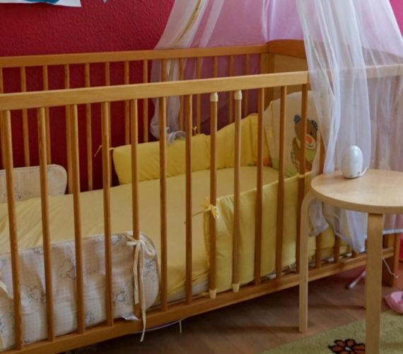 Kinderbett_Gitterbett_zwei_Kinder_schlafen_in_einem_zimmer