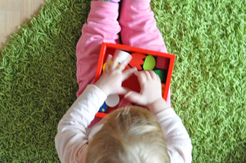 Kind spielt mit Steckbox