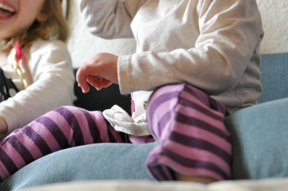 Kinder tollen auf Sofa herum