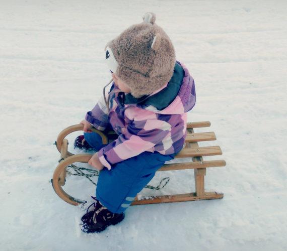 Kind auf Schlitten Tagebuchbloggen