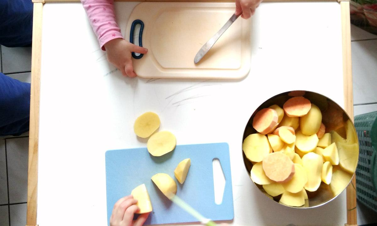 12_Kartoffeln_schneiden_Kinder