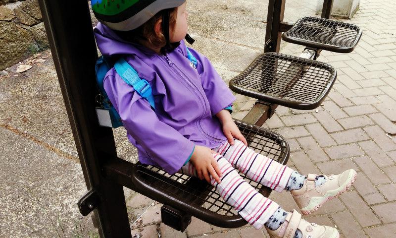 10_Kleinkind_wartet_an_Bushaltestelle