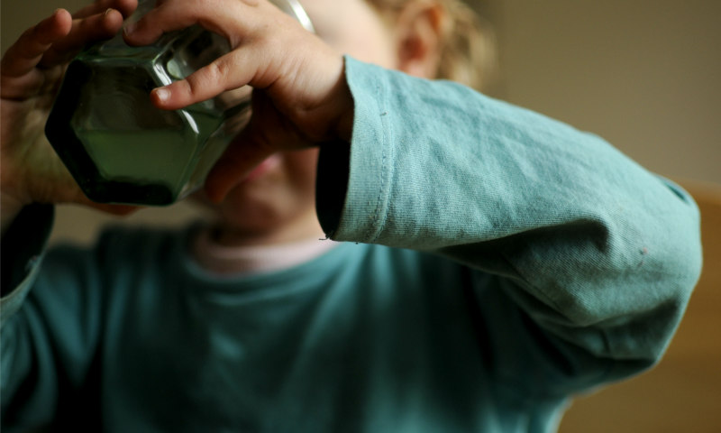 12_durstig_Kind_trinkt_aus_Glas