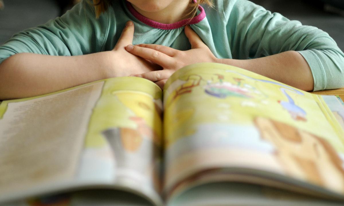 Kind_vor_Buch_lesen_bakabu