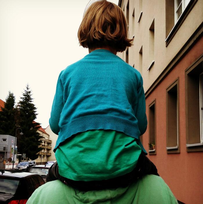 10_Kind_auf_Papas_Schultern