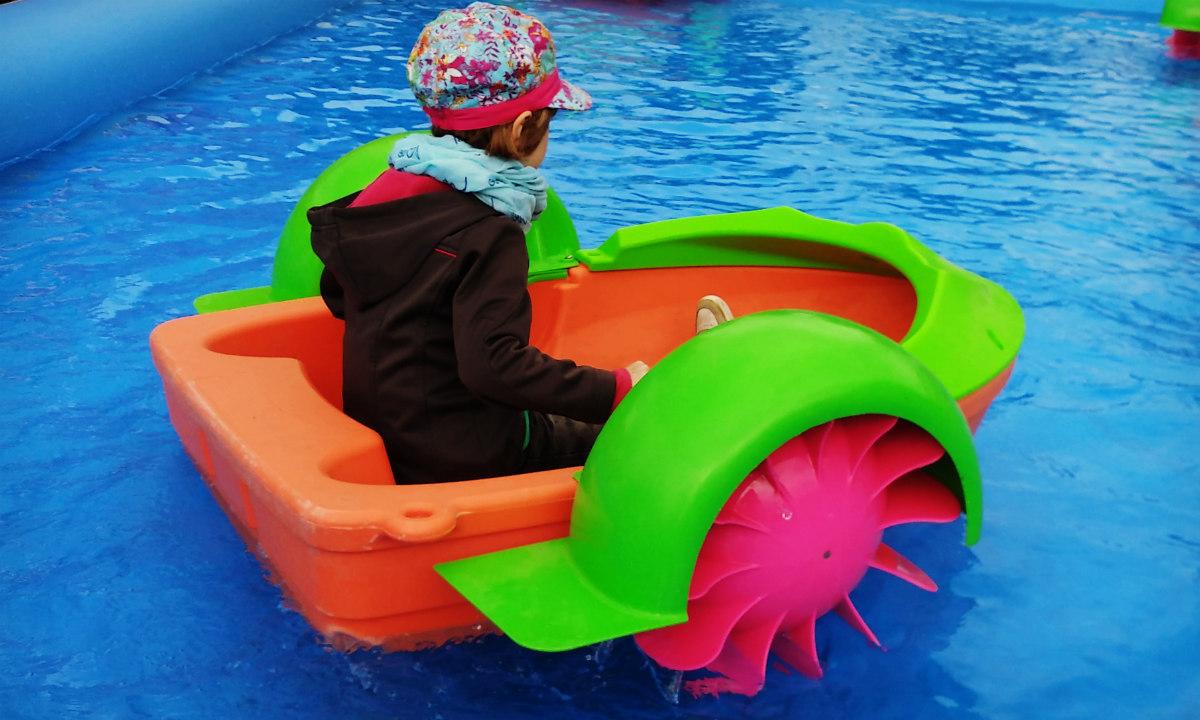 1_Kind_Tretboot_Hand_Wasser