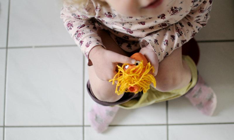 Kleinkind auf dem Toepfchen
