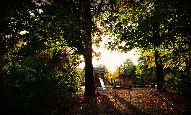 Herbstbild an Spielplatz