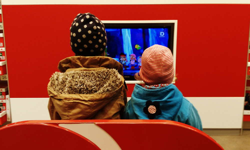 Kinder_vor_fernseher_Schuhladen