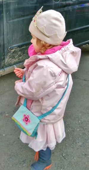 Kind_verkleidet_sich_im_Alltag_als_Prinzessin
