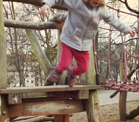 Kind springt - von Kontrolle und Vertrauen