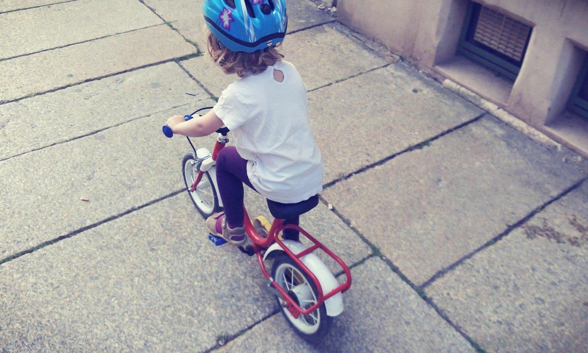 Fahrradfahren mit drei Jahren